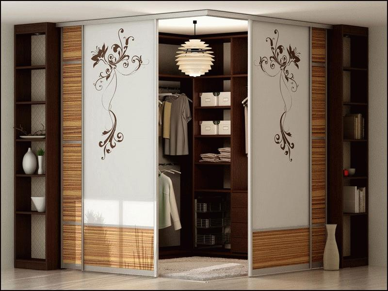Угловой шкаф купе способен выполнять функции полноценного гардероба