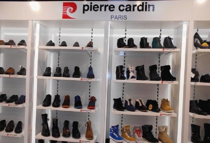 Оригинальные витрины и особая выкладка привлекает внимание покупателей к обувным произведениям французского модельера